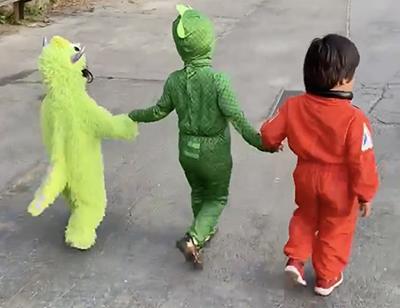 Tre utklädda barn